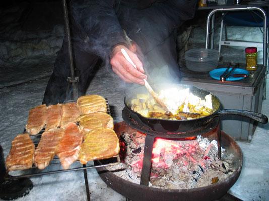 Ein herrliches Mal, auf dem Lagerfeuer gekocht