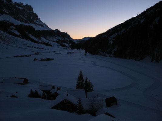 Erwachender Wintermorgen über dem Schlittenhundetrail auf dem Urnerboden