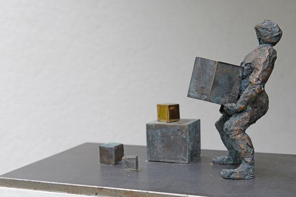 Der Würfelschlepper - Bronzeskulptur von Ines Mösle