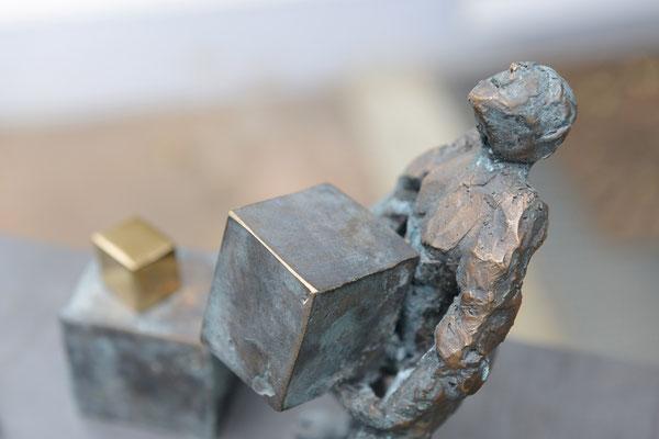 Der Würfelschlepper / Detail - Bronzeskulptur von Ines Mösle