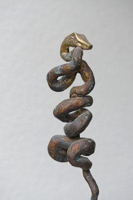 Äskulap-Natter - Bronzeskulptur von Ines Mösle
