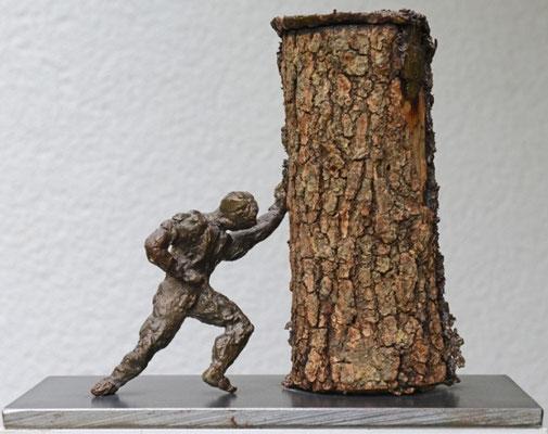 Der Schieber - Bronzeskulptur von Ines Mösle