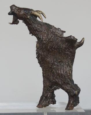 Umbrischer Ziegenbock - Bronzeskulptur von Ines Mösle