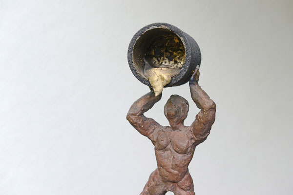 Der Gießer / Detail - Bronzeskulptur von Ines Mösle