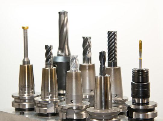 Vor- und Endmontage, Reinigung und Wartung von Gebäuden und Anlagen, Produktion und Fertigung