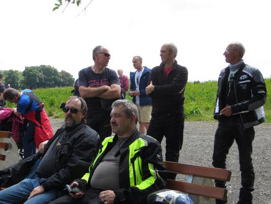 Gruppenfoto an der Hängeseilbrücke Geierlay