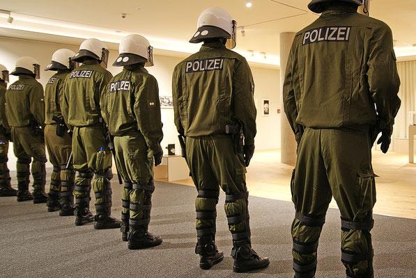 Polizei, Julius von Bismark (Installation)