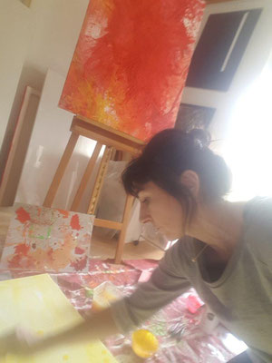 -Konzentriertes-Arbeiten-im-Atelier-Eltville-Rheingau-Bilder-Malereien-kaufen-mieten