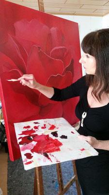-Malen-im-Atelier-Marion-Haas-Rote-Rose-Rosenbild-Rheingau-Bilder-Malereien-kaufen-mieten