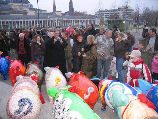 -Versteigerung von -Künstlern-gestalteten-Schweinen-vor dem -Kurhaus-Wiesbaden-