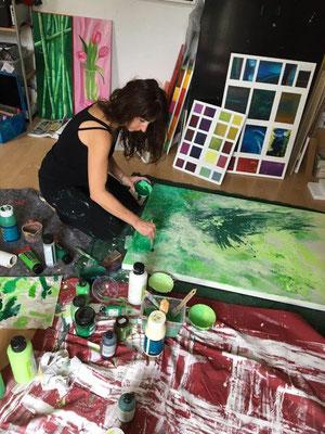 -Kunst-entsteht im-Atelier-Marion-Haas-spachteln-malen-lasieren-