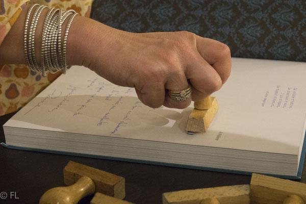 """Signature du livre """"Desproges, une plume dans le culte"""" par Perrine Desproges ©François Landriot"""