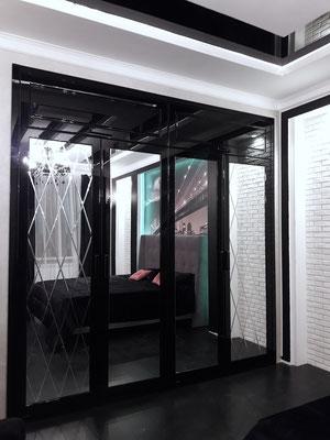 шкаф на заказ черный лак и зеркало
