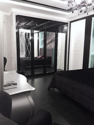 зеркальный шкаф на заказ черный лак