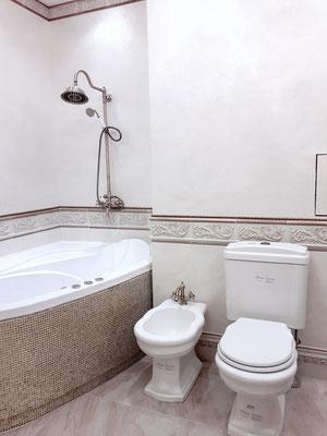 ванная встроенная с золотой мозаикой