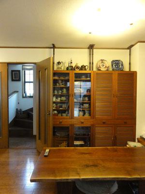 改装前 ドアで仕切られた階段室を見る