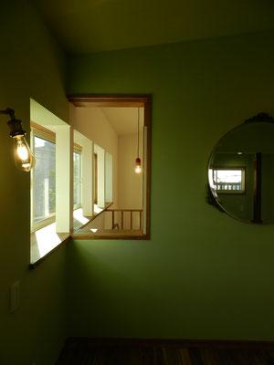 2階娘室 出窓で階段、リビングと繋がる