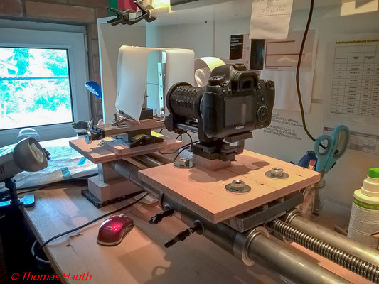 Kamera auf dem Einstellschlitten, dahinter die Feineinstelleinheit mit dem schwenkbaren Diffusor.