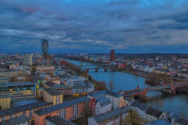 Blick auf Frankfurt am Main und der Europäischen Zentralbank (links)