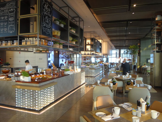 朝食は43階にあるカフェテリアで
