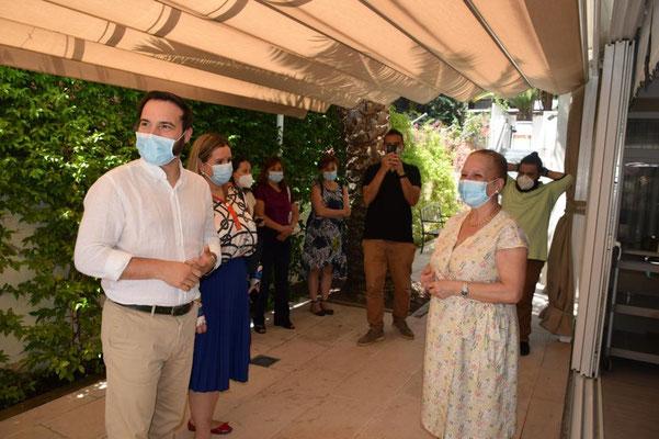 Alicia Szurek y El concejal Presidente de  Ciudad Lineal Don Ángel Miño en el Acto celebrado en La Residencia Concesol