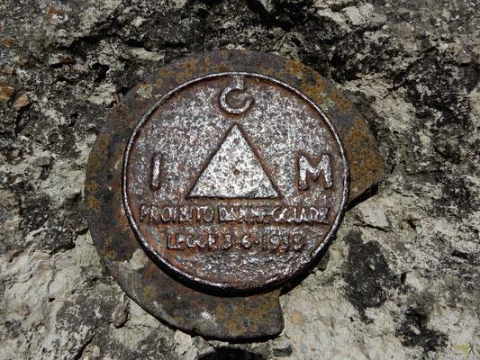 Il punto più alto del Monte Cornacchia. Il Punto Trigonometrico dell'IGM serve a conoscerne la loro posizione in coordinate geografiche (latitudine e longitudine) e la loro quota sul livello del mare
