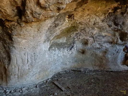 Le croci incise ✝️ sulla parete di questa grotta 🧡 a testimoniare il passaggio di cavalieri e pellegrini in viaggio lungo la Via Appia verso Brindisi, imbarcandosi prima per Cipro e poi per la Terra Santa 👣