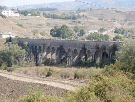 Nella foto, visibili alcuni dei 33 archi del viadotto dell'AQP chiamato appunto 33ponti