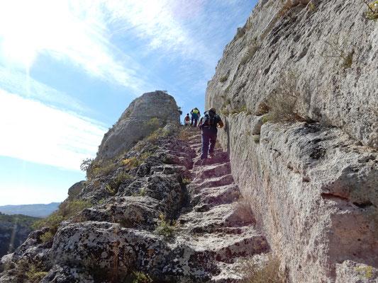Una meravigliosa scalinata rupestre che conuce al complesso rupestre Cristo La Selva