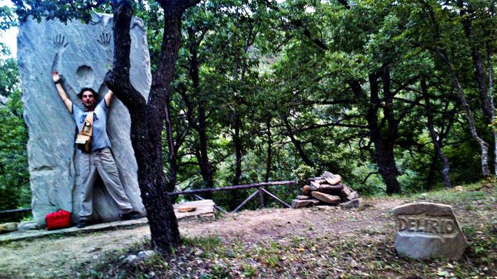 Il delirio di Vito cominciò in un mattino qualunque tra le foglie arruffate di un bosco in cui egli mai si era recato