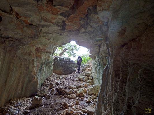 """Grotta delle Due Crocette: Denominatà così per la presenza di due """"crocette"""" dipinte di rosso rinvenute su una parete. Si sviluppa per una lunghezza totale di 30 m.  Nella cavità sono stati rinvenuti numerosi reperti archeologici."""