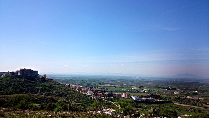 Il panorama dal Balcone delle Puglie, a sinistra il borgo Scesciola, la cui denominazione deriva molto probabilmente dall'arabo e significherebbe labirinto. Più lontano a destra invece l'ex vulcano, il Vulture