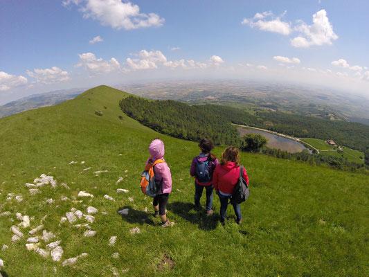 Prima di raggiungere il Rifugio sulla cima più alta, ci fermiamo un momento sul Toppo Pescara (1078 metri s.l.m) per ammirare il panorama che offre.. Vista sul Lago Pescara ed il Tavoliere della Puglia