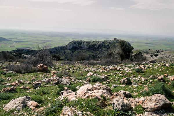 Arroccato su uno sperone di roccia del Gargano, in alta collina a 550 metri sul livello del mare ci sono i ruderi di un castello storicamente quasi inespugnabile per la natura del luogo