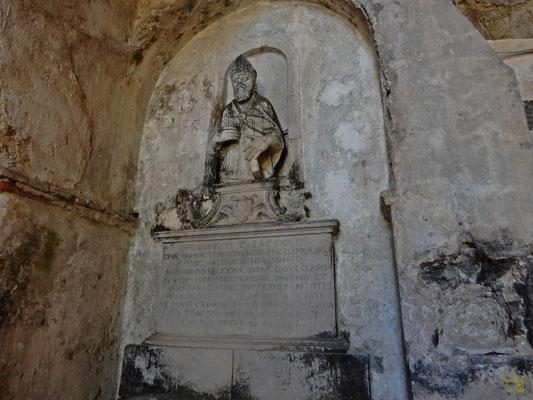 Entrando nella grotta, guardando di fronte, si può ammirare un monumento funerario del 1585 dell'Abate Francesco Caracciolo