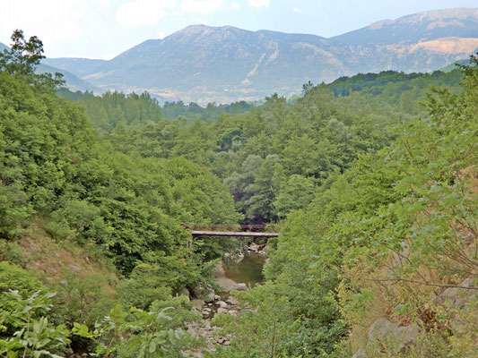 Il Ponte di Pesco Appeso ed alle sue spalle sullo sfondo, il Massiccio del Matese