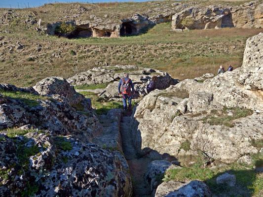Canali, sentieri e scalini scavati nella roccia 🧡