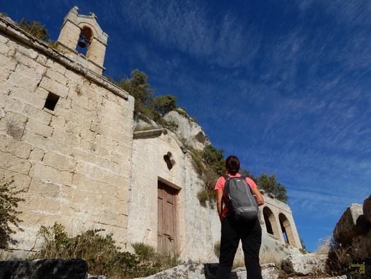 La chiesa dalla sua facciata barocca con rosone quadrilobato del complesso rupestre Cristo La Selva