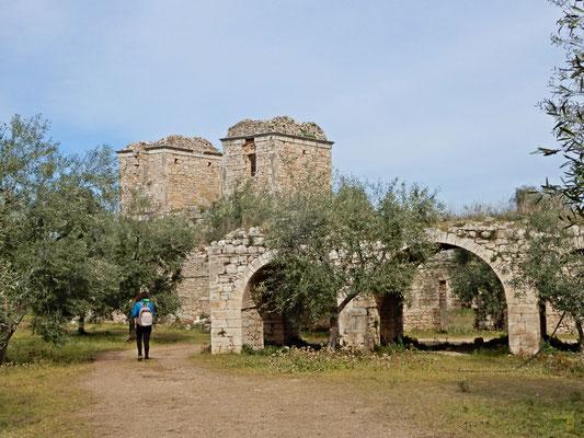Un complesso costruito dalla famiglia Gadaleta sul finire del XVI secolo e comprende il casale con cappella, il palmento, un giardino murato e due torri. 🏰