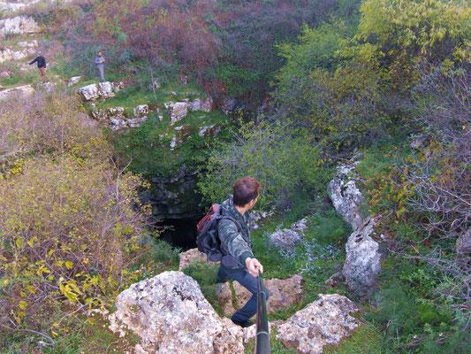 Affacciati sul dirupo per dare uno sguardo alla profonda Voragine del Cavone