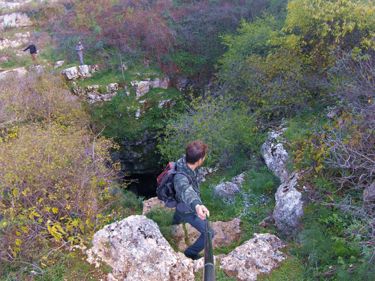 Affacciati sul dirupo per dare uno sguardo alla Voragine del Cavone, una dolina ad imbuto di origine carsica profonda 90 metri e ricoperte da felci rigogliose
