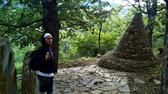 C'è una storia di pietre sul confine incerto fra la veglia e il sogno