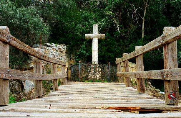Un carino ponte in legno che conduce alla Grotta del Finestrino