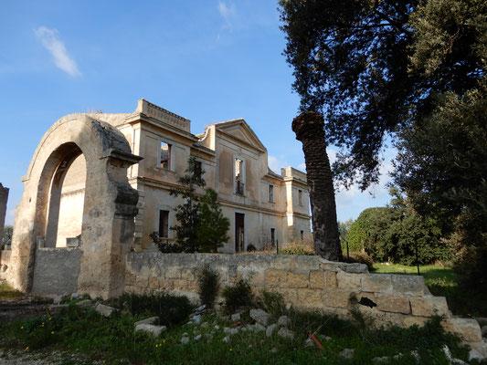"""Villa Melodia, residenza """"estiva"""" della famiglia nobiliare di Altamura. Col suo tetto ormai crollato conserva ancora al suo interno una cappella. Di fronte all'entrata principale vive ancora un bellissimo boschetto di lecci"""