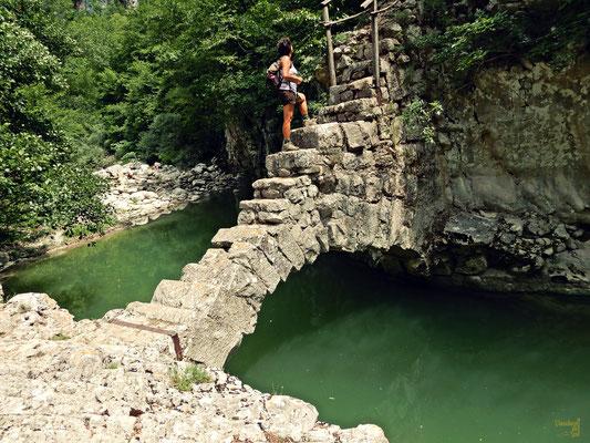 Attraversando l'antico ponte in pietra dopo aver visitato il Mulino di Zi Fiore