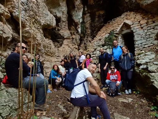 Grotta del Finestrino: costituita da un vestibolo di forma irregolare e da una serie di rientranze.