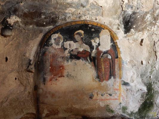 Nella cappella gli elementi di rilievo sono collocati sulla parete sinistra, con due archi a tutto sesto: nel primo si trovano i resti di un affresco raffigurante una Madonna con Bambino fra due Santi, con l'anno 1839; nome del committente, Cosimo Caione