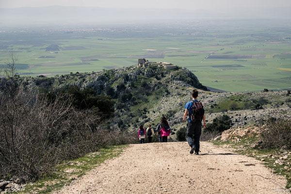 Dopo un notevole sentiero in salita, ecco che uno spettacolare panorama si apre di fronte ai nostri occhi e spunta Castel Pagano