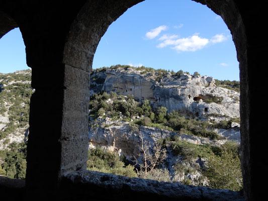 Dalla chiesa rupestre Cristo La Selva si può ammirare parte del Villaggio Saraceno, posto sull'altro versante della gravina