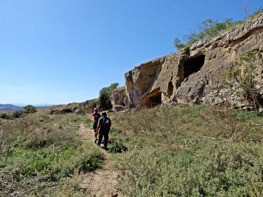 Sul sentiero che porta all'ingresso della chiesa rupestre di età medievale